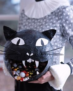 Pin for Later: 23 Amazing Ways to Use Balloons Black Cat Candy Bowl Create this black cat bowl out of papier-maché and balloons. Retro Halloween, Spooky Halloween, Dulceros Halloween, Vintage Halloween Decorations, Halloween Crafts For Kids, Holidays Halloween, Halloween Candy Bowl, Halloween Quotes, Diy Haloween