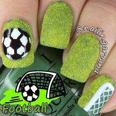 Manicura de soccer, verde terciopelo, portería y balón. Gol! #nailart