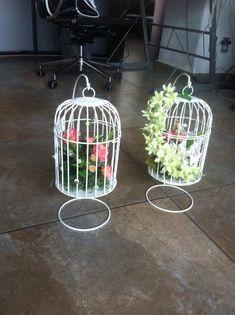 Hermosas jaulas decoradas con flores.