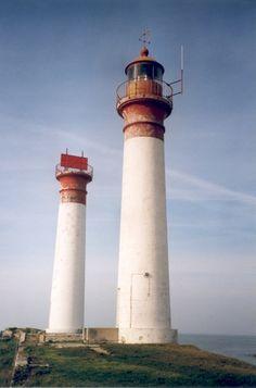 Les deux phares de l'Ile d'Aix règnent en maître et imposent leur hauteur sur cette petite île pleine de charme : nature, plage, roses trémières, petites criques...une île de toute beauté | Charente-Maritime Tourisme #charentemaritime | #phare | #lighthouse