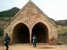"""En la entrsda s Villamayor de Monjardin se encuentra esta construcción.  La llaman """"La fuente de los moros"""". Es un aljibe  o quizas unos baños de origen medieval"""