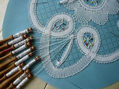 Dentelle en Fleuri de Bruges - Site de chezraymonde ! Bobbin Lacemaking, Bobbin Lace Patterns, Tatting, Needles Art, Diy, Inspiration, Crafts, Bobbin Lace, Needlepoint