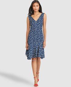 Vestido corto, realizado en seda azul con estampado floral. Tiene manga sisa, escote de pico delantero y en la espalda y bajo asimétrico.