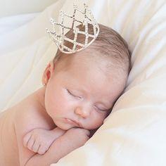 Corona tiara de brillantes para bebés     Coronita especial para sacarle fotos a tu recien nacido o bebé. Esta corona está hecha de diamantes de imitación qui brillan como tu princesa! Diámetro: 6 cm/ Altura: 4 cm. 19,90 €