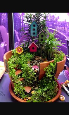 Broken Pots Turned Into Brilliant DIY Fairy Gardens Love this idea for broken flower pots. I have one at home that needs to be turned into a broken-pot-fairy-garden soon! Fairy Pots, Mini Fairy Garden, Fairy Garden Houses, Diy Garden, Garden Projects, Garden Pots, Upcycled Garden, Potted Garden, Planter Garden