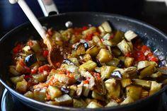 Mâncare de vinete - rețeta turcească Soslu patlıcan | Laura Laurențiu Kung Pao Chicken, Food And Drink, Vegan, Ethnic Recipes, Projects, Fine Dining, Log Projects, Blue Prints, Vegans