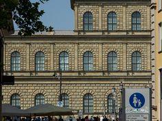 Hier ist ein Teil des Gebäudes von der Residenz und der Schatzkammer München auf dem Max-Joseph-Platz zusehen.