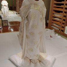 「*。*。 * * これは、京都で拝んでもらった? 貴重な白無垢なんだとか(^O^) 刺繍がキラキラで背中がリボンに 見えるのが可愛い〜 洋髪綿帽子、洋髪にお花、 ちりめんリボン、どんな感じが いいかなー(^ω^)♪♪ * * #白無垢#和装#和婚#プレ花嫁 #ウェディング#2016春婚#結婚式…」