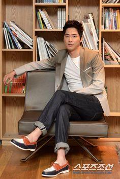 Kang Ji Hwan INTERVIEW PICTURES FROM SPORTSCHOSUN Asian Actors, Korean Actors, Comedy Music, Save The Last Dance, Summer Scent, Kpop, Big Men, Gorgeous Men, Beautiful