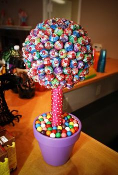 Cute Candy Topiary for any occasion Candy Topiary, Candy Trees, Candy Crafts, Diy Crafts, Sucker Tree, Candy Centerpieces, Wedding Centerpieces, Sweet Trees, Candy Bouquet