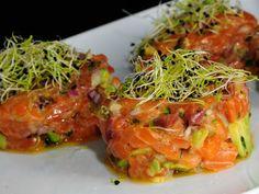 Tartar de salmon con aguacate y salsa worchester