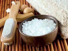 Целлюлит боится соли При лечении целлюлита морской солью мы быстро выводим лишнюю жидкость и шлаки из тканей. Под воздействием минералов кожа подтягивается, обновляется, очищается.  Морскую соль от целлюлита можно применять в виде скрабов, обертываний, масок, добавлять в ванну и т.д