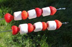 Zo vlak voor het weekend laat ik je een super makkelijk en heerlijk toetje zien, dat voor jong en oud leuk en lekker is, namelijk: de aardbeien marshmallow! Makkelijk te maken, snel klaar en een le…