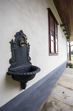 Fotogalerie: Dřevěná stodolová vrata lze otevřít klasickým posuvem - a společenská místnost Cottages, Fountain, Pergola, Houses, Garden, Outdoor Decor, Inspiration, Home Decor, Pictures