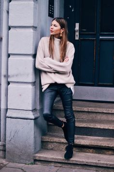 Oversized knit and leather pants Looks Chic, Looks Style, My Style, Womens Fashion For Work, Look Fashion, Street Fashion, Fall Fashion, Mode Outfits, Fashion Outfits