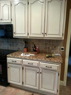 Jennifer Allwood Home – Jennifer Allwood This is our most POPULAR painted cabinet finish … a gorgeous cream cabinet with a chocolate glaze. Give your kitchen or furniture a makeover with cream! Glazed Kitchen Cabinets, Cream Cabinets, Kitchen Cabinet Remodel, Kitchen Cabinet Colors, Kitchen Redo, Home Decor Kitchen, Kitchen Ideas, White Cabinets, Kitchen Storage