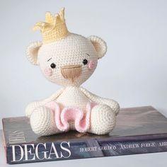Kawaii Crochet, Crochet Bear, Crochet Dolls, Amigurumi Toys, Amigurumi Patterns, Crochet Patterns, Grace Art, Fun Diy Crafts, Doll Toys