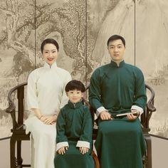 Family Posing, Family Photos, Couple Photos, Family Potrait, D Day, Photo Look, Chinese Style, Photo Studio, Traditional Outfits