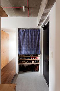 靴箱の目隠しは季節や気分によって変えることができちゃいます。#K様邸練馬高野台 #玄関 #廊下 #コンクリート打ちっぱなし #シューズボックス #靴箱 #モルタル #インテリア #EcoDeco #エコデコ #リノベーション #renovation #東京 #福岡 #福岡リノベーション #福岡設計事務所 Home Decor, Decoration Home, Room Decor, Home Interior Design, Home Decoration, Interior Design