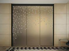 Innentüren aus mattiertem Glas mit Naturmotiven verziert
