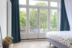 De plafondhoge glazen gevel met openslaande deuren in combinatie met de eiken visgraadvloer maken het een echte master bedroom. #visgraad #eiken www.pieterdeboer.com