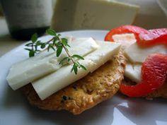 Sprø, deilige lavkarbo kjeks, som passer perfekt til ost.   Jeg har brukt nigellafrø  i denne oppskriften. De kan du lese mer om i  innleg...