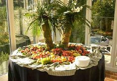 How to Make a Pineapple Palm Tree for a Serving Tray. Great for a tropical-themed party - use it to decorate a table with lots of cut fruit and a tropical punch or sangria Palm Tree Fruit, Pineapple Palm Tree, Palm Trees, Palm Tree Decorations, Tree Centerpieces, Hawaiian Centerpieces, Table Decorations, Hawaiian Theme, Hawaiian Luau