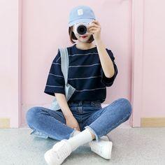 เสื้อยืดลายขวาง กางเกงยีนส์ และหมวกเท่ๆ อีกสักใบ ก็น่ารัก ใสๆ แล้วค่ะ