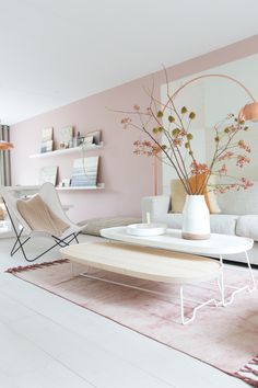 Salon épuré en rose poudré et reflets cuivres, design | Light pink living room, Copper #Home