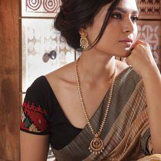 Tarinika Hrida Antique Gold-Plated Indian Jewelry Set with Long Necklace and Earrings Tarinika Hrida Antikes vergoldetes indisches Schmuckset mit langer Halskette und Ohrringen