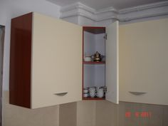 Dulap modern de bucatarie montat pe colt cu balamale ce dispunde de sistem de inchidere cu amortizare de la  Blum Bathroom Medicine Cabinet