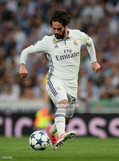 Isco of Real Madrid controls the ball during the UEFA Champions League Quarter Final second leg match between Real Madrid CF and FC Bayern Muenchen at Estadio Santiago Bernabeu on April 18, 2017 in Madrid, Spain.