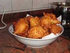Uštipci (Fried dough) - traditional Serbian meal that can be served for breakfast or supper. Ingredients: 4 eggs, 4 sour cream, flour, a baking powder, salt. Bosnian Recipes, Croatian Recipes, Bosnian Food, Serbian Food, Serbia Recipe, Kolaci I Torte, European Cuisine, International Recipes, Sweets