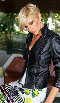 Short Blonde Pixie - Pixie Haircuts for Thick Hair – 50 Ideas of Ideal Short Haircuts - The Trending Hairstyle Short Straight Haircut, Pixie Haircut For Thick Hair, Short Hair Cuts, Short Hair Styles, Pixie Cuts, Short Pixie, Curly Hair, Pixie Hairstyles, Straight Hairstyles