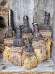 Old whisk brooms. My mother would laugh out loud if she could see that whisk brooms are now collected with passion. Primitive Kunst, Primitive Antiques, Country Primitive, Primitive Decor, Primitive Fall, Brooms And Brushes, Whisk Broom, Shabby, Prim Decor
