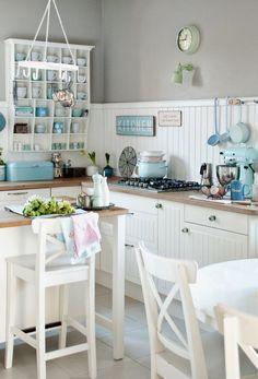Biała kuchnia w stylu folk z błękitnymi akcentami