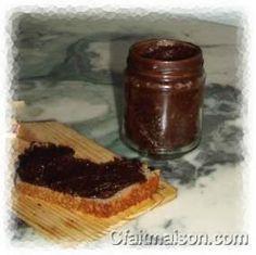 Pot d'imitation de Nutella et tartine, version crue, bio, sans produits laitiers et sans gluten.