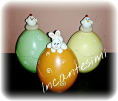 Uova in terracotte dipinte a mano e decorate con animaletti in porcellana fredda... incantesimi@live.com