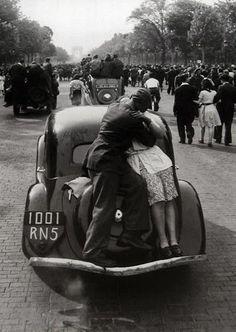 ...:::...The liberation of Paris, 1944, by Robert Doisneau.