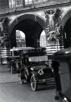 """Traffic at the Louvre Paris 1926 Germaine Krull """