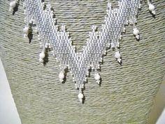 Bargello ketting in de kleuren wit en grijs met door Seadbeady