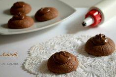 I nutellotti sono dei biscotti molto semplici e veloci da preparare a base di nutella uova e farina. Ideali in qualsiasi momento della giornata.