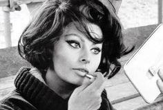 Una donna che sa fare la pasta  a regola d'arte ha un prestigio che resiste anche oggi a qualsiasi altro richiamo dei tempi.  -(Sofia Loren, In cucina con amore, 1971)