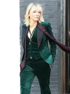 OMG! Goddess in Green velvet! #CateBlanchett #QueenCate On Set - New York - October 24th, 2016 - oceans8-ny-oct24-2016-110 - Cate Blanchett Fan | Cate Blanchett Gallery