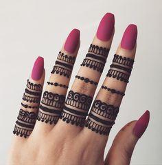 Latest Finger Mehndi Designs, Circle Mehndi Designs, Round Mehndi Design, Henna Tattoo Designs Simple, Mehndi Designs For Girls, Mehndi Design Photos, Unique Mehndi Designs, Henna Designs Easy, Mehndi Designs For Fingers