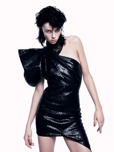 Le look Party Girl dans Vogue Paris: Edie Campbell en robe noire par David Sims