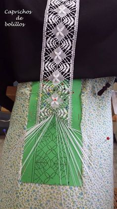Video para hacer flores de guipur sobre medio punto Irish Crochet, Crochet Lace, Bobbin Lacemaking, Bobbin Lace Patterns, Yarn Thread, Lace Heart, Lace Jewelry, Tatting Lace, Needle Lace