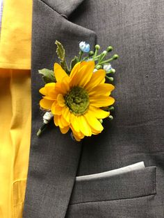 Daisy flowers, Summer boutonniere for men / fast shipping/ blue and yellow boutonniere Botonier Azul Boutonnieres, Yellow Boutonniere, Sunflower Boutonniere, Sunflower Corsage, Purple Wedding, Wedding Colors, Wedding Flowers, Daisy Flowers, Wedding Ideas