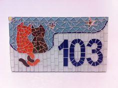 Placa com número residencial para áreas externas feita em base cimentícia. Trabalho em mosaico com pastilhas de vidro e cristal. Acompanha argamassa para ser assentada em muros, paredes ou pode ser feita com furos para ser afixada com parafusos. <br> <br>Pode ser feita também em outros tamanhos e motivos. Consulte-me que terei o maior prazer em lhe responder! <br> <br>Tamanho: 20 de largura x 30 de comprimento