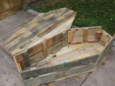 halloween decorations outdoor Pallet Halloween Coffin Decoration: Halloween is wonderful excuse for getting my hands dirty and starting up a new into my first home has gi Halloween Coffin, Creepy Halloween, Outdoor Halloween, Halloween Ideas, Halloween Crafts, Halloween Witches, Halloween Parties, Halloween Activities, Halloween 2020